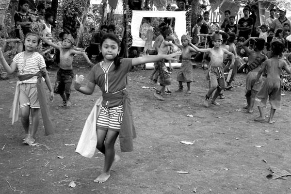 tembang tradisional dolanan anak-anak membawa anak-anak berjoget ria